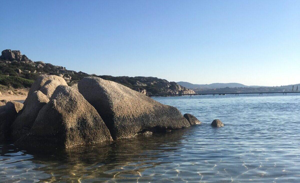 acqua del mare con degli scogli grigi