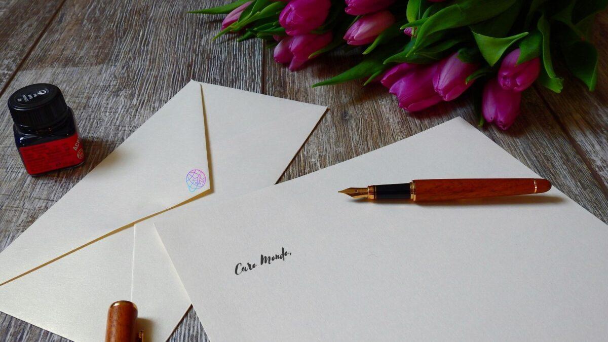 busta da lettere con foglio e penna stilografica